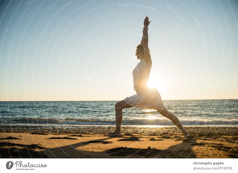 Frau am Strand macht Yoga sportlich Fitness Leben harmonisch Wohlgefühl Erholung Meditation Freizeit & Hobby Ferien & Urlaub & Reisen Sommer Sommerurlaub Sonne