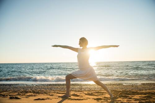 Sonnengruß V Mensch Frau Ferien & Urlaub & Reisen Jugendliche Sommer Erholung Junge Frau Meer Strand Erwachsene Leben feminin Küste Sport Horizont
