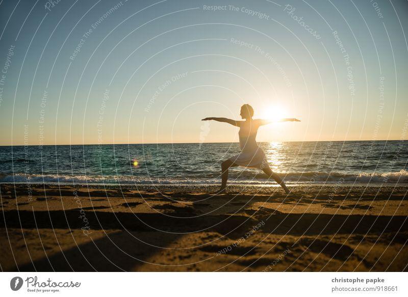 Sonnengruß II Mensch Frau Ferien & Urlaub & Reisen Jugendliche Sommer Erholung Junge Frau Meer Strand Erwachsene Leben feminin Sport Horizont blond