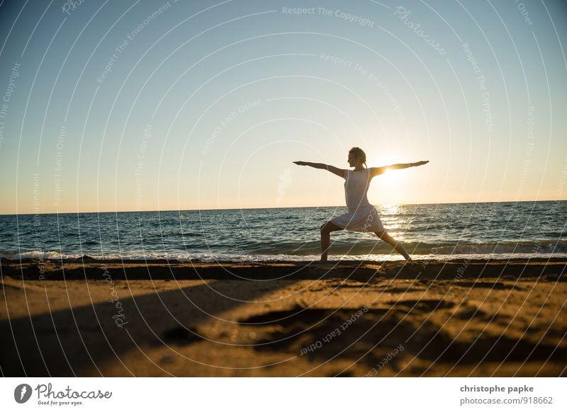 Sonnengruß VI Mensch Frau Ferien & Urlaub & Reisen Jugendliche Sommer Erholung Junge Frau Meer Strand Erwachsene Leben feminin Küste Sport Horizont