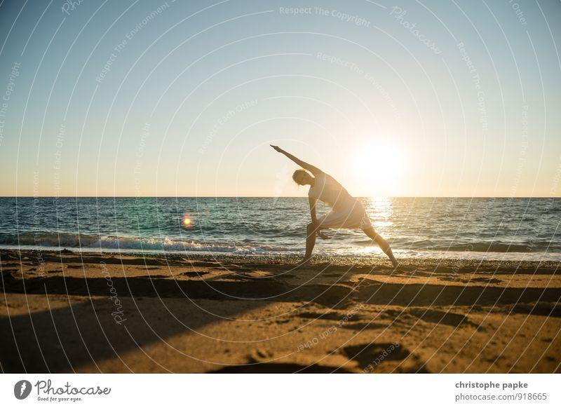 Sonnengruß VII Mensch Frau Ferien & Urlaub & Reisen Jugendliche Sommer Erholung Junge Frau Meer Strand Erwachsene Leben feminin Küste Sport Horizont