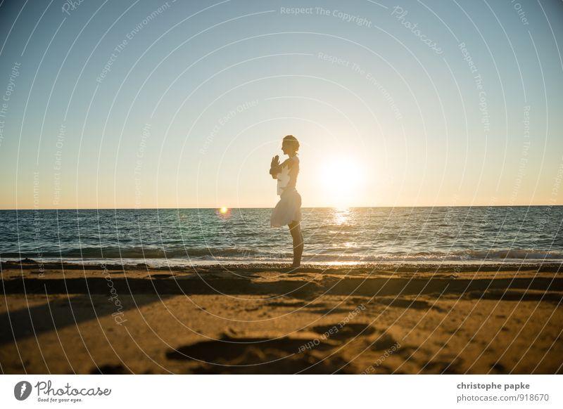 Sonnengruß III Mensch Frau Ferien & Urlaub & Reisen Jugendliche Sommer Erholung Junge Frau Meer Strand Erwachsene Leben feminin Sport blond Fitness
