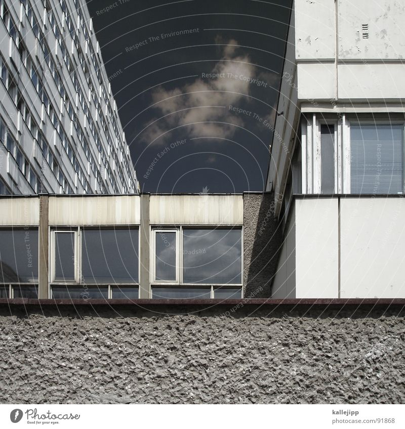 vierschichtig Armutsgrenze Hinterhof Plattenbau Fassade Lichthof Fenster Brandmauer Alexanderplatz Osten Wohnanlage Treppe Astronaut Satellitenantenne Ostzone