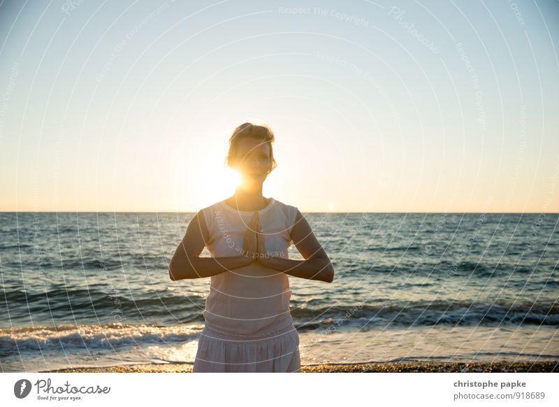 Sonnengruß IV Mensch Frau Ferien & Urlaub & Reisen Jugendliche Sommer Erholung Junge Frau Meer Strand Erwachsene Leben feminin Sport Zufriedenheit blond