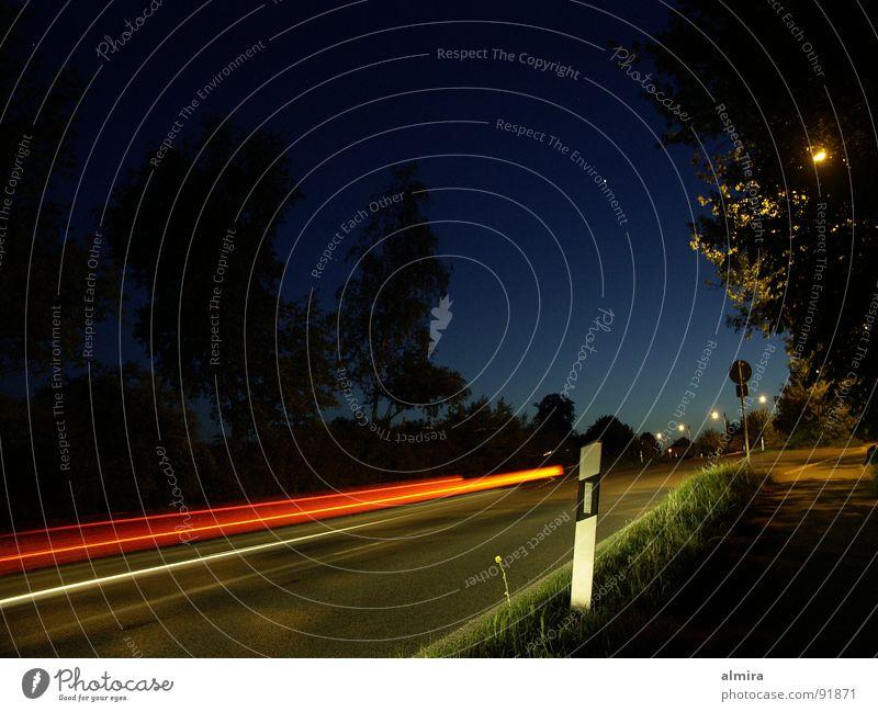 Erscheinung Nacht Dämmerung dunkel Unschärfe Belichtung Streifen Wegrand Stativ schmal Geschwindigkeit gefährlich ruhig Stimmung schimmern Verlauf Baum