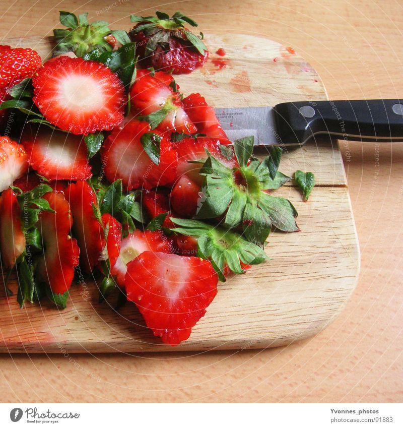 Erdbeer-Massaker geschnitten Holz Küche Messer Vitamin Ballaststoff Grünpflanze Rest Biomüll Hausmüll Kompost entsorgen Müll grün rot Sommer Produktion