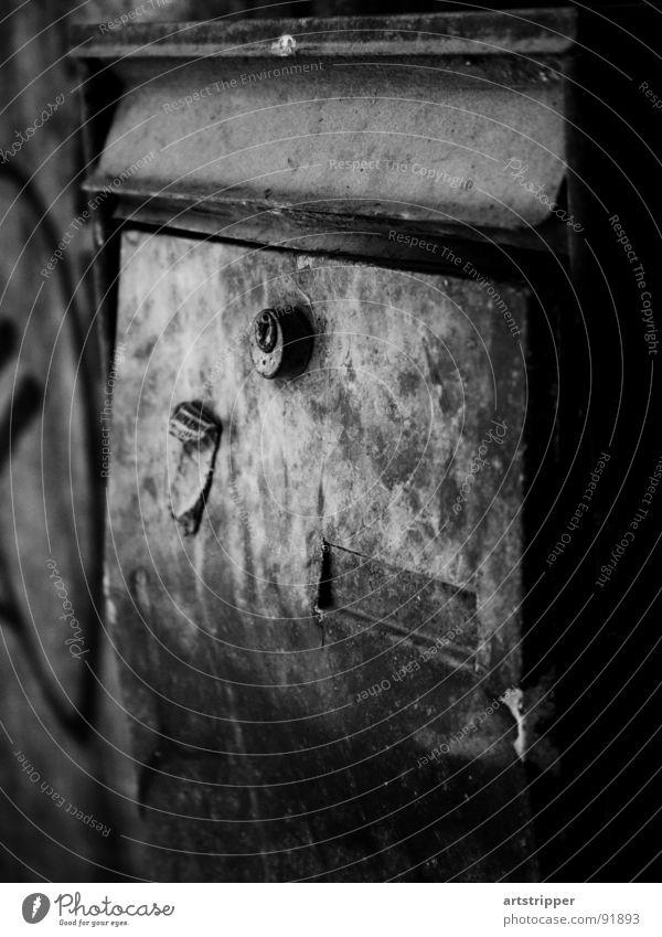 rostkasten Briefkasten Postfach Verfall verfallen Grauwert Vergänglichkeit trist Rost Zeit Einsamkeit Zeitung lesen eckig Partnerschaft Außenaufnahme