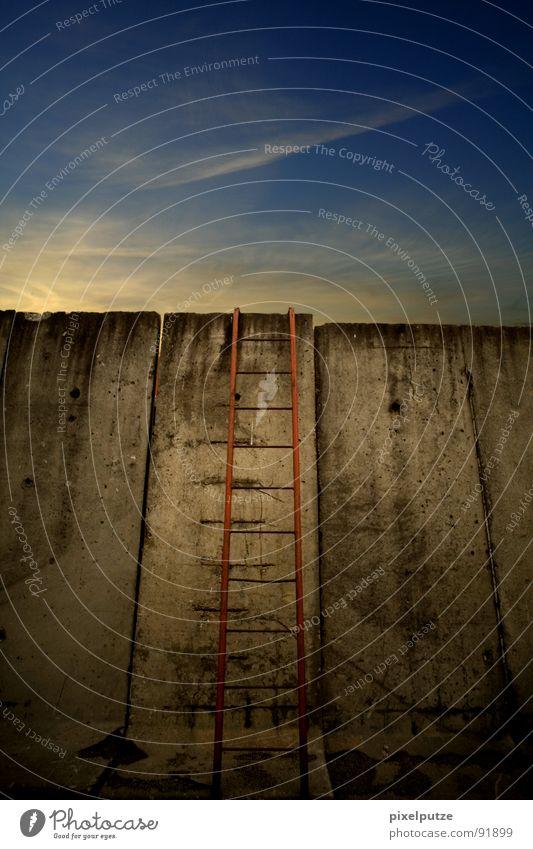 fluchtmöglichkeit Himmel alt Wolken Freiheit Gefühle Mauer Traurigkeit Erde warten Erfolg Frieden verfallen Symbole & Metaphern Denkmal Aussicht stark