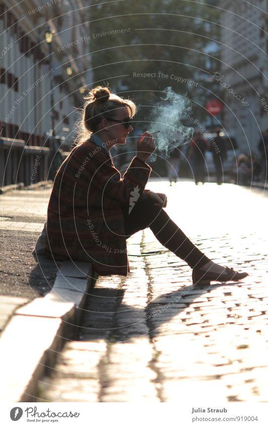 Raucherpause Mensch feminin Junge Frau Jugendliche Erwachsene 1 18-30 Jahre Hamburg St. Pauli Straße Jacke Sonnenbrille Dutt Rauchen sitzen warten trendy gelb
