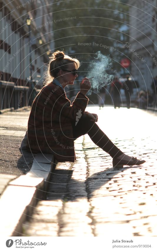 Raucherpause Mensch Frau Jugendliche Junge Frau 18-30 Jahre gelb Erwachsene Straße feminin gold sitzen warten Hamburg Bürgersteig Rauchen trendy