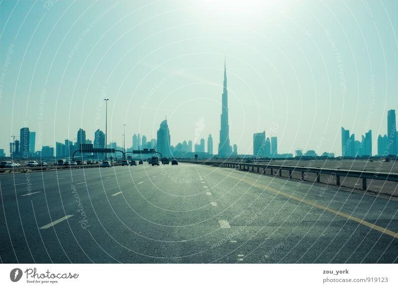 Dubai Skyline blau Stadt Ferne Straße Architektur Gebäude hell PKW modern Verkehr Hochhaus Erfolg hoch ästhetisch viele fahren