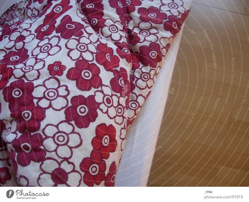 blumendecke Bett Blume Bettdecke schlafen aufwachen weich kuschlig Nacht träumen rot weiß Holz Flowerpower Möbel Schlafzimmer Decke Bodenbelag Müdigkeit blumig