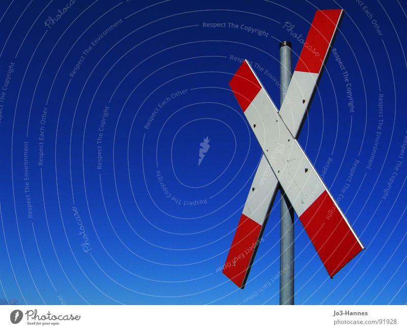 Da kommt was Andreaskreuz Straßennamenschild Bahnübergang Eisenbahn Lokomotive Gleise Schranke stoppen gefährlich Halt weiß rot Barke Piktogramm Warnhinweis
