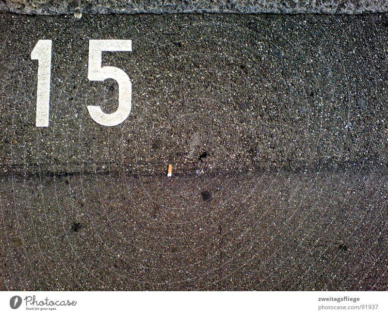 Asphaltgeflüster Linie Bodenbelag Ziffern & Zahlen Asphalt Zigarette Bürgersteig Verkehrswege Parkplatz parken Teer Kaugummi Symbole & Metaphern 15 Parkplatznummer Zigarettenstummel