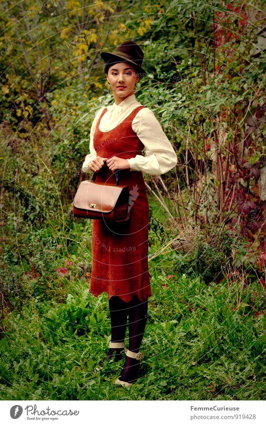 Fräulein_01 Mensch Frau Natur Jugendliche schön Junge Frau 18-30 Jahre Erwachsene Wiese feminin braun elegant Idylle fantastisch Kleid zart