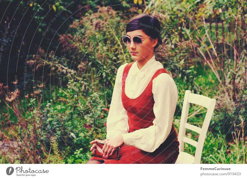 Fräulein_02 feminin Junge Frau Jugendliche Erwachsene 1 Mensch 18-30 Jahre Natur ruhig schön Zwanziger Jahre fein elegant Schüchternheit Leder Kleid Bluse Stuhl