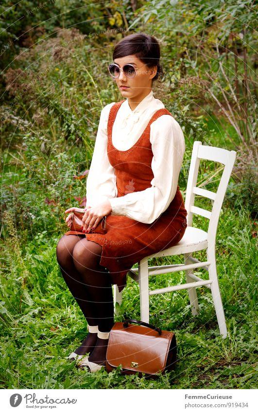 Fräulein_08 Mensch Frau Natur Jugendliche schön Junge Frau 18-30 Jahre Erwachsene feminin Garten elegant sitzen fantastisch Kleid festhalten bewegungslos