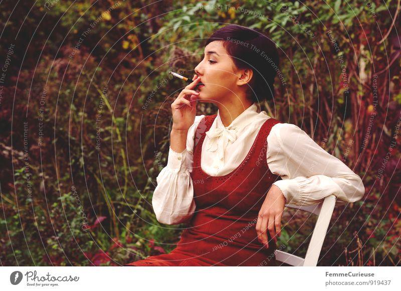 Fräulein_03 feminin Junge Frau Jugendliche Erwachsene 1 Mensch 18-30 Jahre Idylle Natur schön fein rauchend Zigarette Bluse Kleid Leder braun Garten Holzstuhl