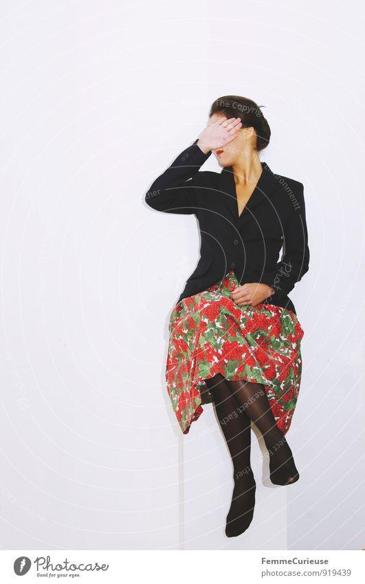 Diva_03 Reichtum elegant Stil schön feminin Junge Frau Jugendliche Erwachsene 1 Mensch 18-30 Jahre geheimnisvoll Wegsehen Verleugnung ignorieren blenden Hand