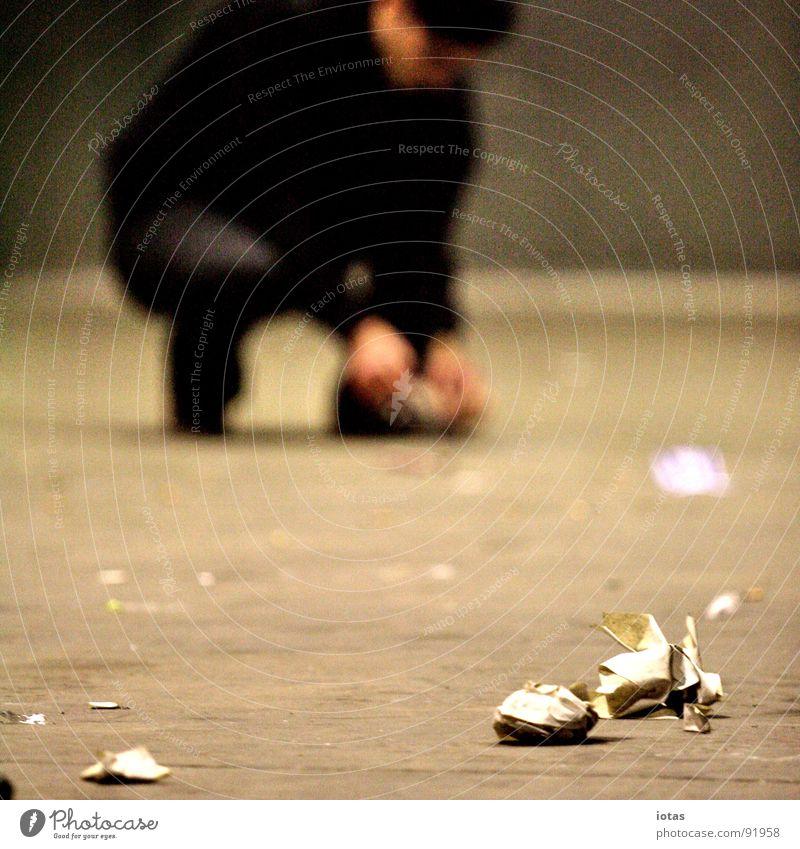 ** Mann dunkel Stein gehen Fuß dreckig Tanzen Rücken laufen Erfolg Bodenbelag Müll Veranstaltung Club Tanzfläche aufräumen