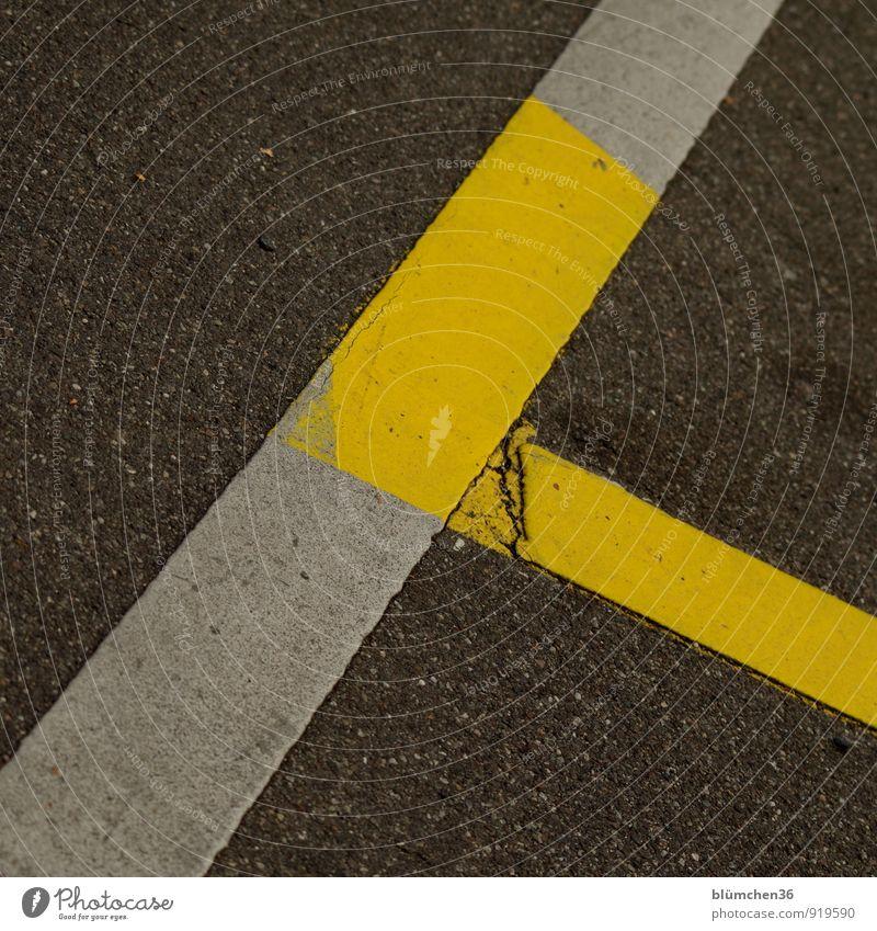 asymmetrisch weiß gelb Straße Wege & Pfade grau Linie Ordnung Schilder & Markierungen einfach Bodenbelag Streifen Asphalt Straßenbelag Parkplatz Verkehrsschild