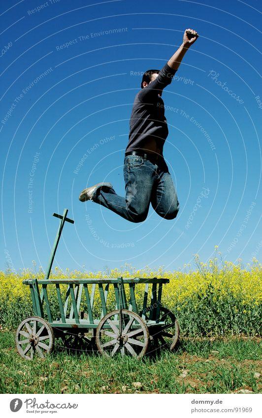 !VIVA! Mann Natur alt blau Sommer Freude gelb Wiese Spielen Wärme Holz Frühling springen Beine lustig Schuhe