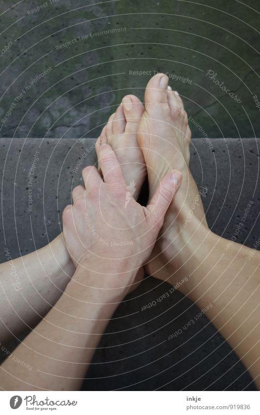 barfuß Mensch Frau Hand ruhig Erwachsene Leben Fuß Lifestyle Treppe sitzen warten Körperhaltung festhalten Gelassenheit Barfuß geduldig