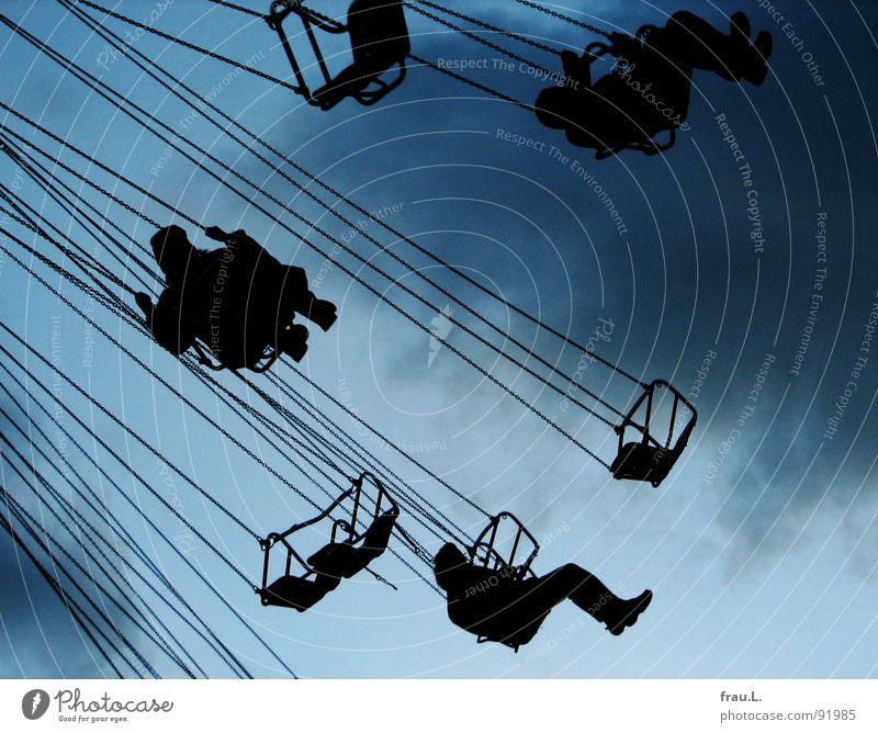 Winterdom Jahrmarkt Karussell Kettenkarussell Wolken kalt Sessel Freizeit & Hobby Fahrgeschäfte Freude Mensch Dom Himmel fliegen