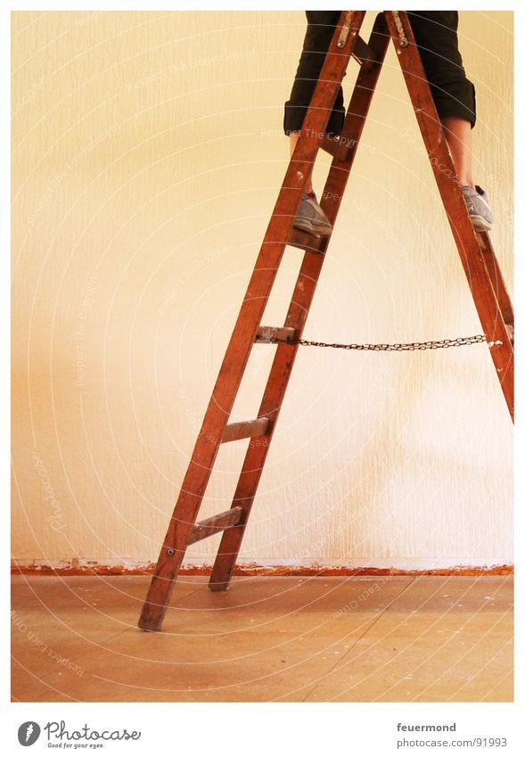 Bald haben wir es hinter uns... Wand Beine Raum Wohnung neu streichen Tapete Handwerk Leiter Renovieren Anstreicher Erneuerung Leitersprosse tapezieren
