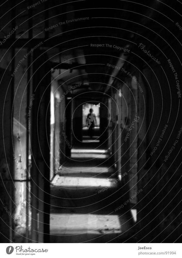 jailbreak Stil 1 Mensch Tunnel bedrohlich dunkel schwarz Stimmung gefährlich Zutritt verboten Kennwort Zutrittsberechtigung Stacheldraht Zugang Fluchtpunkt