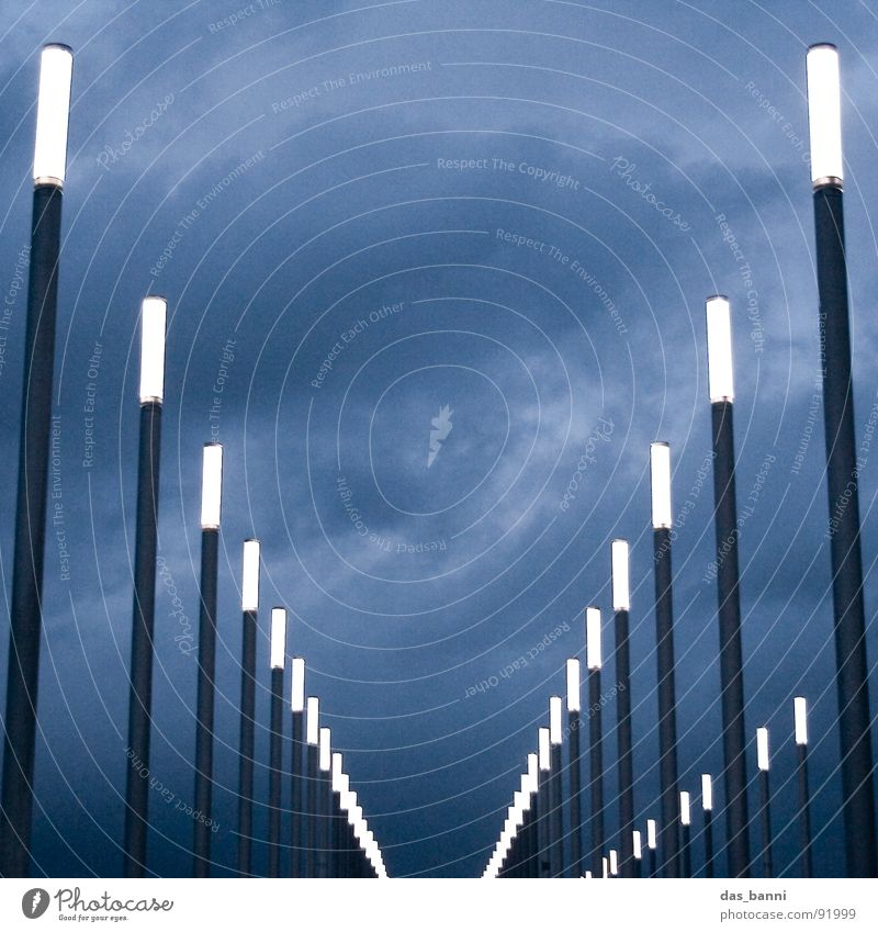 Pfad der Erleuchtung Wolken Lampe dunkel Götter kalt grau schwarz Elektrizität Fluchtpunkt Froschperspektive Tunnel Laterne Ordnung Anordnung Reihe Quadrat