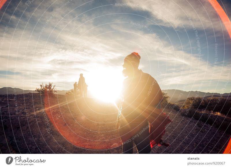 Rückenlicht Mensch Ferien & Urlaub & Reisen Mann Sonne rot Ferne Erwachsene Freiheit maskulin Lifestyle Tourismus Wind Abenteuer Hoffnung Wüste Mütze