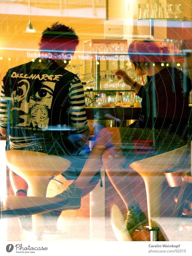 Verkehrte Welt!? Frau Mann Erholung Fenster Berlin sprechen Haare & Frisuren Menschengruppe Paar Deutschland Glas rosa paarweise Pause Bar Gastronomie