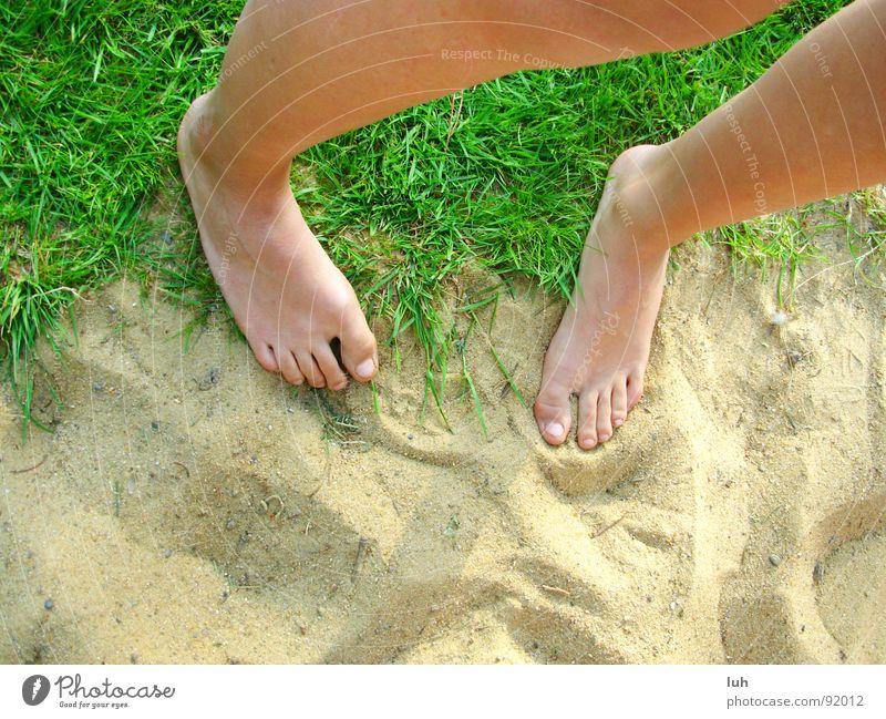 Verlasse den Ort der dir das Freisein verbietet. grün Gras Strand frei Sommer Zehen Gefühle genießen schön springen Erde Sand Rasen Fuß Beine Garten Haut