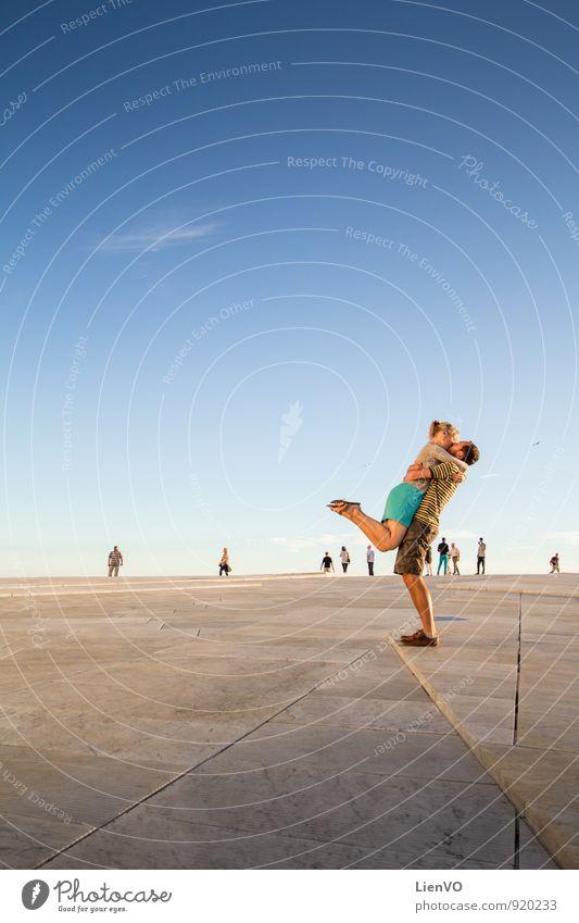 die Umarmung Partner 2 Mensch Liebe Umarmen frei Zusammensein Glück Unendlichkeit blau Fröhlichkeit Lebensfreude Begeisterung Leidenschaft Vertrauen
