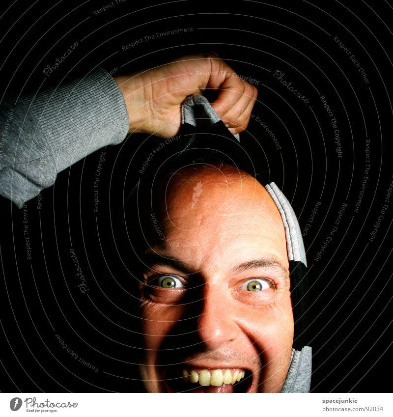 An der Kaputze herbeigezogen Mann Hand Freude Gesicht Kopf Arme verrückt schreien festhalten Pullover skurril Freak Kapuze Humor ziehen Unsinn
