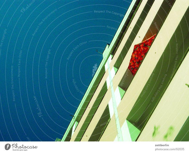 Mittlere Wohnlage IX Himmel Haus Fenster Glas Fassade Hochhaus Tafel Balkon Sonnenschirm Fensterscheibe Drache Renovieren Plattenbau steil Mieter Stadthaus
