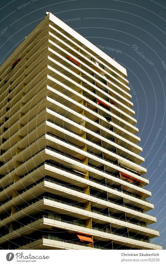HauptWohnAnlage Himmel blau Stadt Fenster Architektur Wohnung Hochhaus Balkon Etage Schönes Wetter Paradies sozial Plattenbau Wetterschutz Penthouse