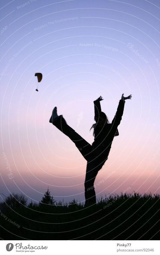 Kick the Paraglider! Gleitschirmfliegen springen Lebensfreude Schwung Sport Frau wandern Sonnenuntergang Abenddämmerung Österreich Gaisberg Wiese Baum toben