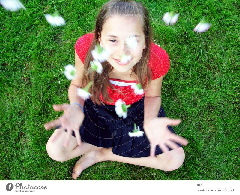 Sommerregen. 3 Kind Jugendliche grün weiß Mädchen rot Blume Sommer Freude schwarz Gras springen Frühling Gesundheit Haut Fröhlichkeit