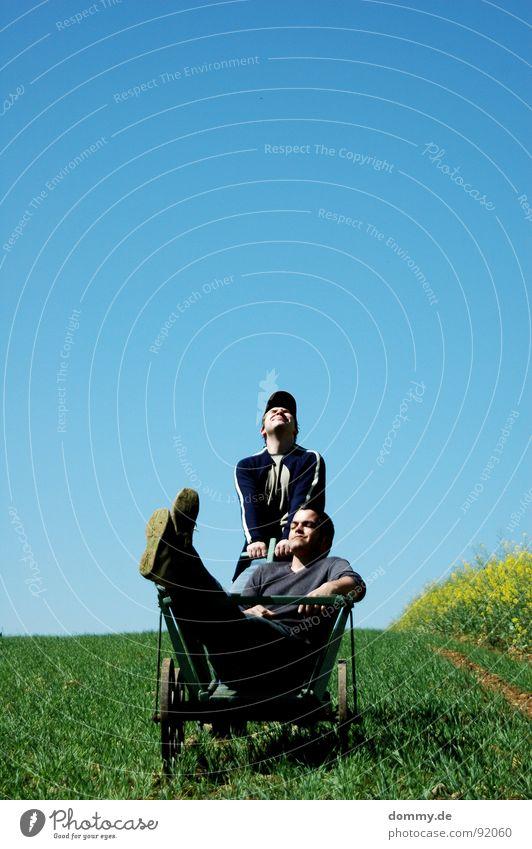 bollerwagen Himmel Mann alt blau grün Sommer Blume Freude Auge Erholung gelb Spielen Berge u. Gebirge oben Wärme Gras