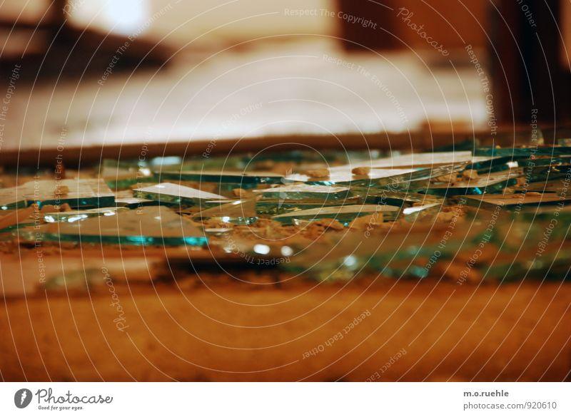 inbetween Gebäude kaputt Stimmung Laster Wut Aggression Stadt Vergänglichkeit verlieren Zerstörung Scherbe Glas Glasscheibe brechen Zerbrochenes Fenster