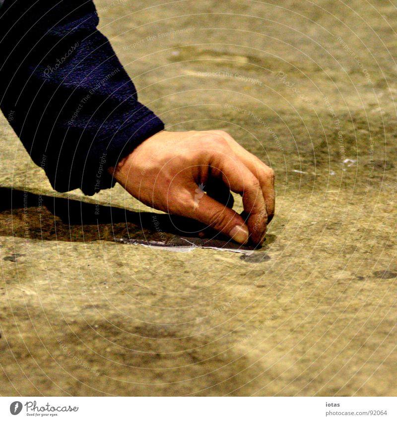 ** Bodenbelag Tanzfläche Veranstaltung dunkel Nacht gehen aufräumen Müll Hand Club Vergänglichkeit Konzentration Fuß Rücken Stein Abend Tanzen laufen aufsammeln