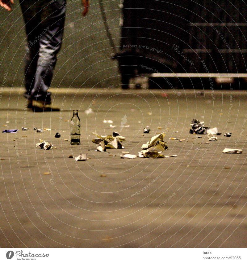 ** dunkel Party Stein Fuß Tanzen dreckig gehen laufen Rücken Bodenbelag Ende Müll Vergänglichkeit Club Konzentration Veranstaltung