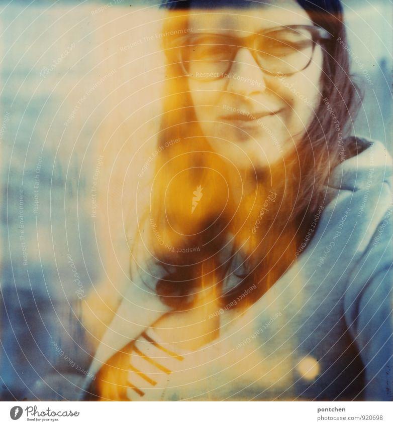 Polaroid zeigt lächelnde Frau mit Brille am Meer. Lichtflecke. Ferien & Urlaub & Reisen feminin Erwachsene 1 Mensch 18-30 Jahre Jugendliche 30-45 Jahre
