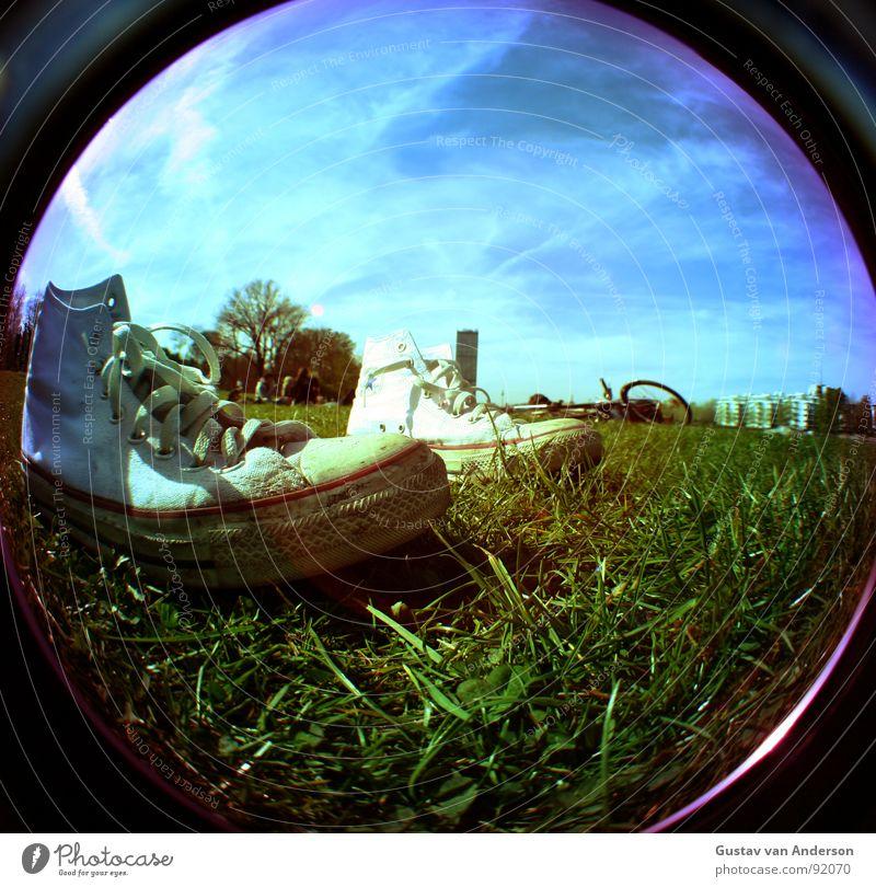 rennsemmel alt Himmel weiß Sonne blau rot Sommer Wolken Gras Park Schuhe Metall Kreis rund Streifen Stoff