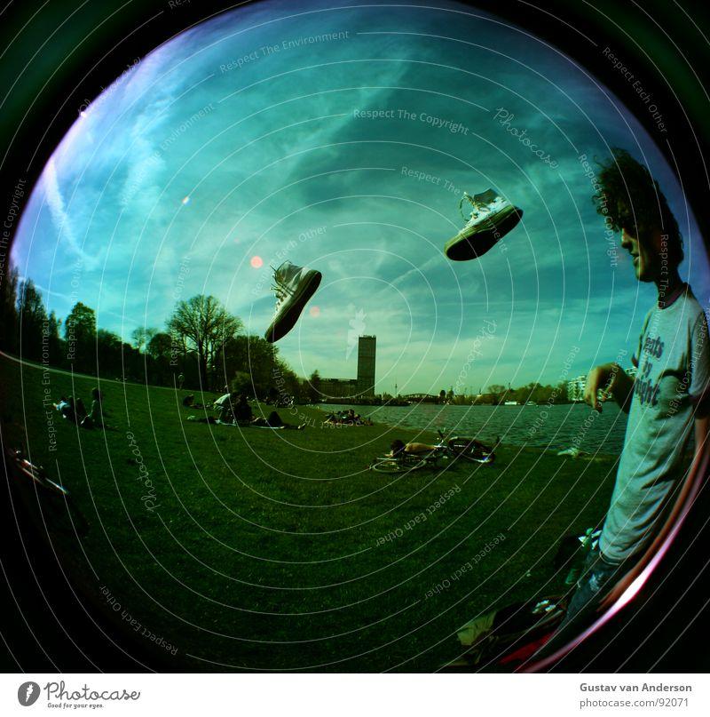 rennsemmel 2 Mensch Mann alt Himmel weiß Sonne blau rot Sommer Wolken Berlin Gras Park Luft Schuhe Metall