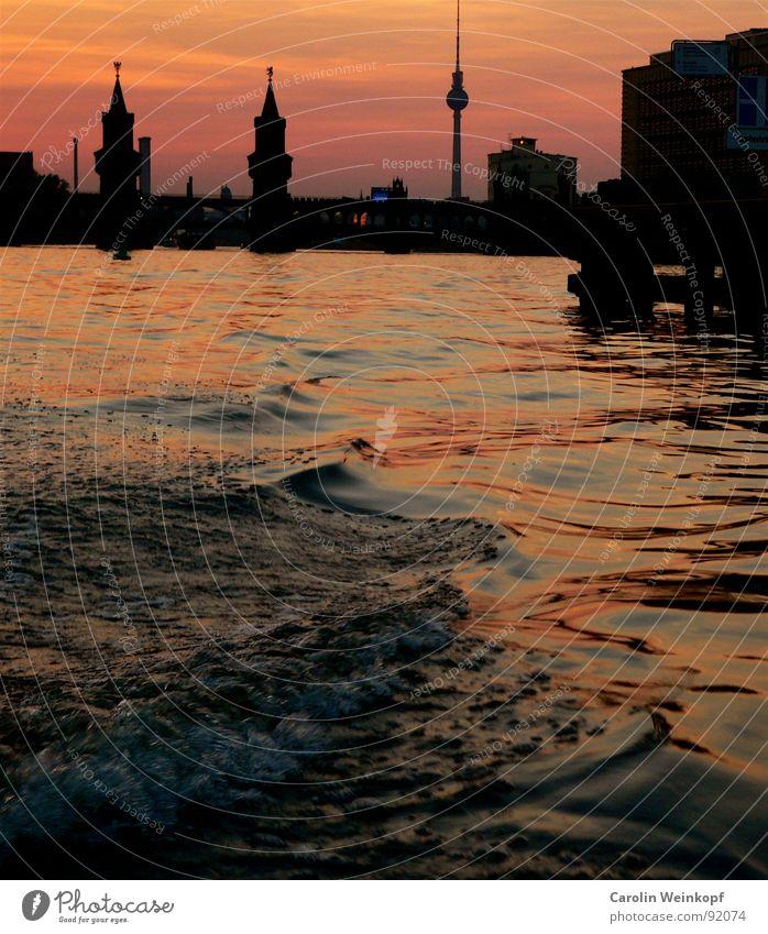 Bootstrip. Spree Wellen Treptow Kreuzberg Friedrichshain Oberbaumbrücke Wasserfahrzeug Sonnenuntergang Dämmerung Berlin Romantik Abenddämmerung Silhouette