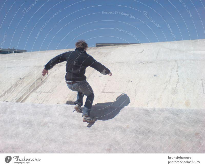 Auf dem Tunnel Mann springen grau Baustelle Jugendliche laufen fallen Schatten rennen