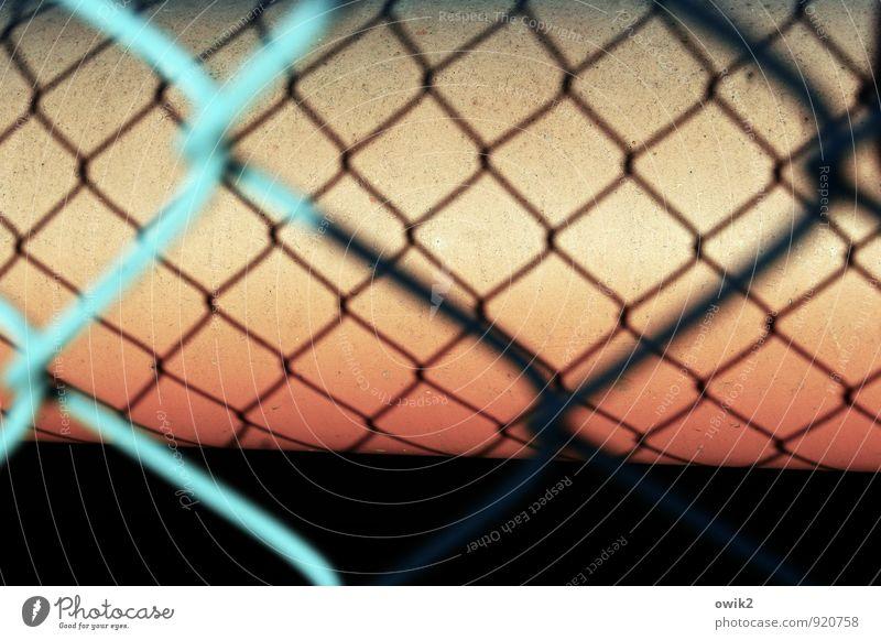 Rollenspiel Technik & Technologie Metall Kunststoff nah orange rot schwarz türkis Kraft Ordnung Zusammenhalt Maschendrahtzaun Begrenzung Schutz Schattenspiel